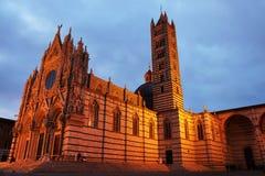 Opinião da noite da catedral gótico bonita do ` s de Siena, Santa Maria Assunta imagens de stock