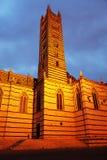 Opinião da noite da catedral gótico bonita do ` s de Siena, Santa Maria Assunta imagem de stock