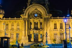 Opinião da noite CEC Bank, Bucareste fotos de stock royalty free