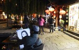 Opinião da noite da cidade antiga do shuhe do lijiang foto de stock