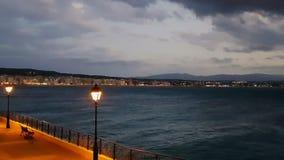 Opinião da noite da cidade de Loutraki em greece Um destino turístico famoso filme