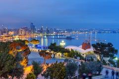 Opinião da noite da cidade e do bulevar de Baku baku azerbaijan imagem de stock