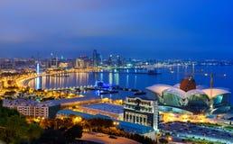 Opinião da noite da cidade e do bulevar de Baku baku azerbaijan imagem de stock royalty free