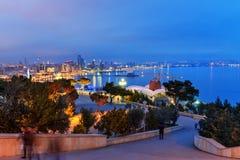Opinião da noite da cidade e do bulevar de Baku baku azerbaijan foto de stock