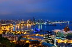 Opinião da noite da cidade e do bulevar de Baku baku azerbaijan fotografia de stock