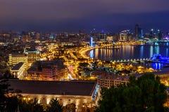 Opinião da noite da cidade e do bulevar de Baku baku azerbaijan foto de stock royalty free