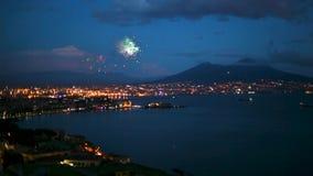 Opinião da noite com os fogos de artifício de Nápoles, Itália video estoque