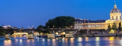 A opinião da noite da construção de Seine River, de Institut de France e da ponte das artes na noite, Paris imagem de stock