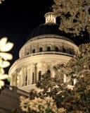 Opinião da noite da construção do Capitólio do estado de Califórnia fotografia de stock