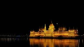Opinião da noite da construção do parlamento húngaro em Budapest, Hungria imagens de stock royalty free