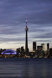Opinião da noite da arquitectura da cidade da torre e do estádio da NC Foto de Stock
