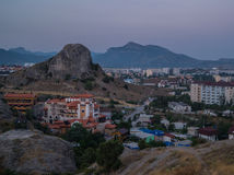 Opinião da noite da cidade da montanha Foto de Stock