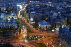 Opinião da noite da cidade de Bucareste no quadrado da universidade fotografia de stock