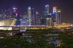 Opinião da noite da cidade de Singapura tomada da caminhada dianteira das lojas em Marina Bay Sands Imagens de Stock