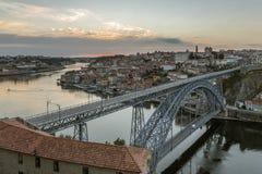 Opinião da noite da cidade histórica de Porto, Portugal Fotografia de Stock
