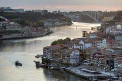 Opinião da noite da cidade histórica de Porto, Portugal Fotos de Stock