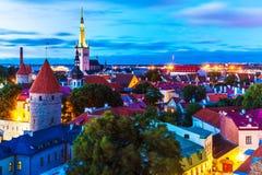 Opinião da noite da cidade velha em Tallinn, Estônia Fotos de Stock