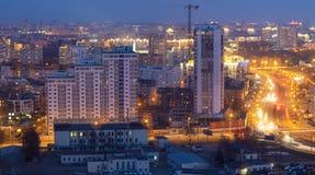 Opinião da noite da construção em Minsk imagem de stock
