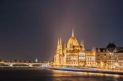 Opinião da noite da construção húngara do parlamento no banco do Danúbio em Budapest Fotos de Stock