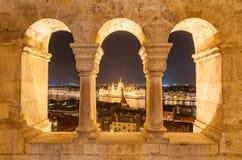 Opinião da noite da construção húngara do parlamento no banco do Danúbio em Budapest, Hungria Foto de Stock