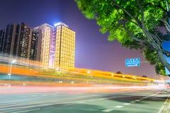 Opinião da noite da estrada com construção moderna Imagem de Stock