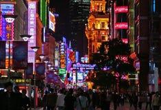 Opinião da noite da estrada de Nanjing em Shanghai, China fotos de stock royalty free