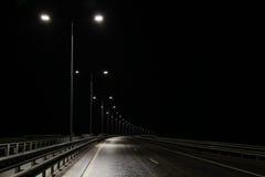 Opinião da noite da estrada, lanternas iluminadas Fotos de Stock
