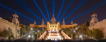 Opinião da noite da fonte mágica em Barcelona Fotografia de Stock