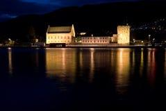 Opinião da noite da fortaleza de Bergenhus, Bergen, Noruega Imagem de Stock