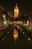 Opinião da noite da igreja que reflete no canal fotos de stock