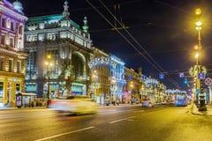 Opinião da noite da loja de Eliseevsky das construções em Nevsky Prospekt iluminado para o Natal, St Petersburg fotos de stock royalty free