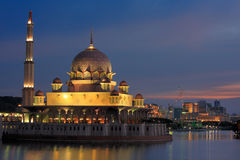 Opinião da noite da mesquita Malaysia de Putrajaya Fotografia de Stock Royalty Free