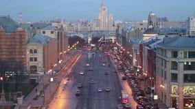 Opinião da noite da Moscou de um ponto culminante uma plataforma de observação na construção da loja central do ` s das crianças, vídeos de arquivo