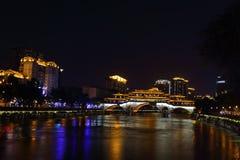 Opinião da noite da ponte bonita de Anshun acima do rio de Jinjiang, Chengdu, Sichuan, China Fotos de Stock