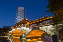 Opinião da noite da ponte bonita de Anshun acima do rio de Jinjiang, e da baixa de Jiuyanqiao na hora azul Fotos de Stock