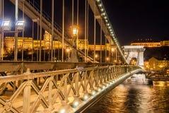 Opinião da noite da ponte Chain de Szechenyi no rio Danúbio em Budapest Fotografia de Stock Royalty Free