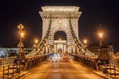 Opinião da noite da ponte Chain de Szechenyi no rio Danúbio em Budapest Foto de Stock