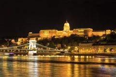 Opinião da noite da ponte Chain e do palácio real foto de stock