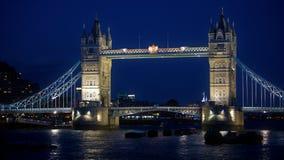 Opinião da noite da ponte da torre de Londres fotografia de stock royalty free
