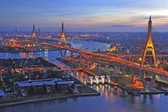 Opinião da noite da ponte de Bhumibol. fotos de stock