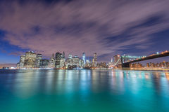 A opinião da noite da ponte de manhattan e de Brooklyn Imagem de Stock