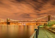 A opinião da noite da ponte de manhattan e de Brooklyn Fotografia de Stock