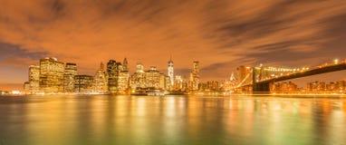 A opinião da noite da ponte de manhattan e de Brooklyn Imagens de Stock Royalty Free
