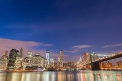 A opinião da noite da ponte de manhattan e de Brooklyn Foto de Stock