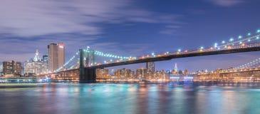 A opinião da noite da ponte de manhattan e de Brooklyn Fotos de Stock Royalty Free