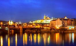 A opinião da noite da ponte de Praga e de Charles Fotografia de Stock Royalty Free