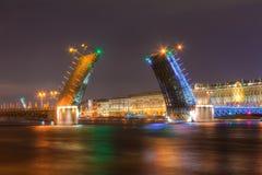 Opinião da noite da ponte do palácio e da terraplenagem do palácio Imagens de Stock Royalty Free