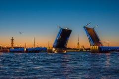 Opinião da noite da ponte do palácio, St Petersburg, Rússia Fotos de Stock Royalty Free