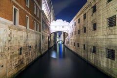 Opinião da noite da ponte dos suspiros em Veneza imagem de stock royalty free