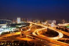 Opinião da noite da ponte e da cidade em shanghai foto de stock royalty free